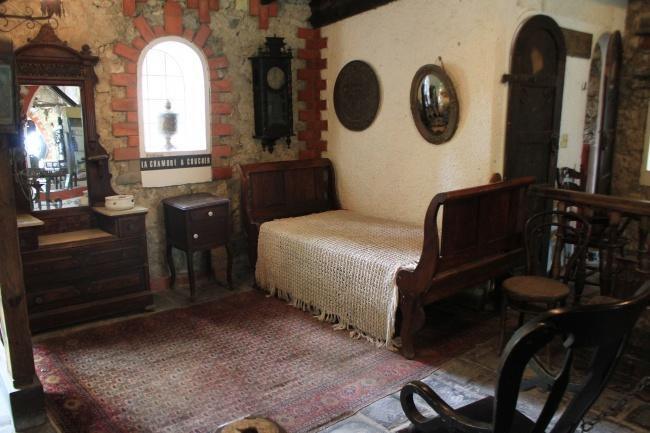 Du mobilier d'époque et certains ustensiles authentiques d'une demeure coloniale font également l'objet de l'exposition permanente au musée.